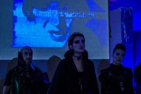 Apertura, escena inicial. Alexandro Kairos adulto, Diana Crono y el ginoide Artemisa.