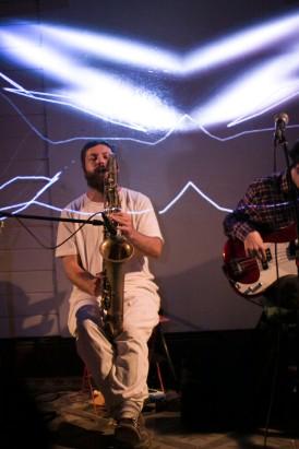 El saxo de Juan Maíz, iluminado por los proyecciones visuales de Francis.